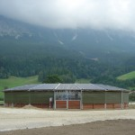 25 meter hoefslagoverkapping met systeem 1 omheining, schuifpoort en windbreekgaas